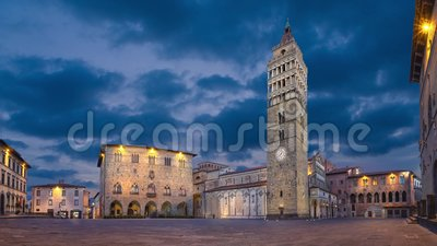 Pistoia Italien Panorama av Piazza del Duomo på skymning lager videofilmer