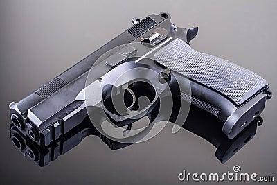Pistola sulla tabella di vetro