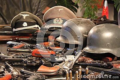 Pistole e caschi di guerra