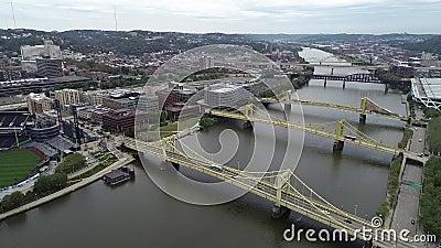 Pittsburgh Cityscape en un día nublado, Pennsylvania Día con distrito de negocios y río con tres puentes en segundo plano PNC almacen de metraje de vídeo