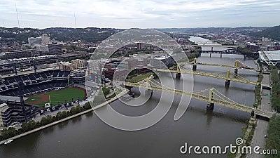 Pittsburgh Cityscape en un día nublado, Pennsylvania Día con distrito de negocios y río con tres puentes en segundo plano PNC metrajes