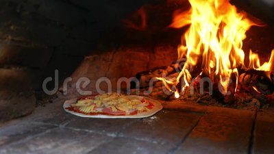 Pizza à la mozzarella maison et délicieuse, cuite dans un four à argile, avec de la flamme de bois en toile de fond banque de vidéos