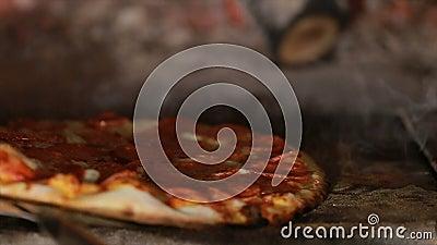 Pizza che gira e che cucina in forno del mattone stock footage