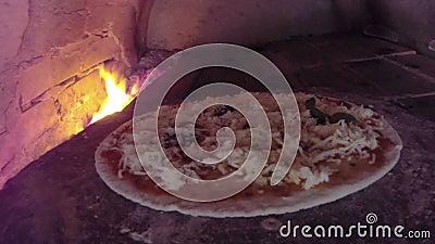 Pizza de chef faisant cuire la pizza