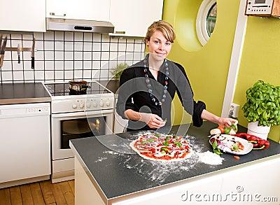 Pizza de fabricación femenina joven