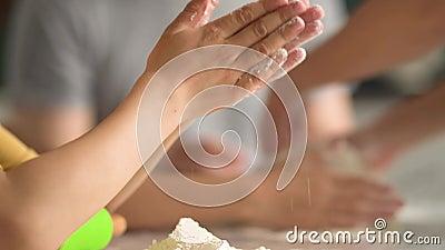 Pizza dla dzieci Chłopiec i dziewczyna bawią się z ojcem Składniki przygotowawcze do pizzy zbiory wideo