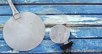 Pizza krajacz na drewnianym stole i łupa zdjęcie wideo
