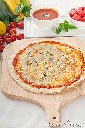 Pizza sottile originale italiana della crosta