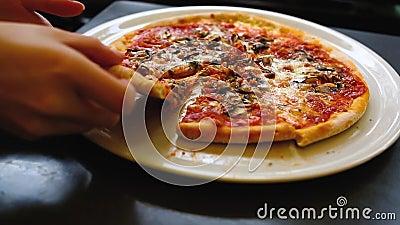 Pizza sul piatto archivi video