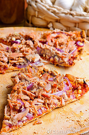 Pizza with tuna and onions