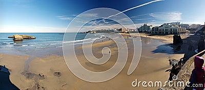 Plażowa aktywność podczas niskiego przypływu przy Biarritz