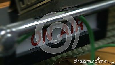 A placa 'On air' na estação de rádio video estoque