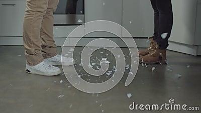 Placa que quebra em partes pequenas na cozinha doméstica vídeos de arquivo