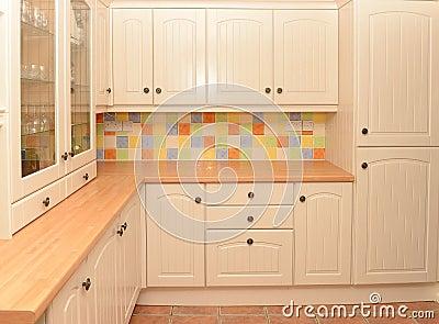 La nouvelle cuisine montrant les placards et les tiroirs en bois ...
