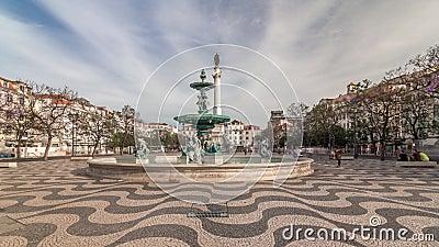 Place Rossio avec fontaine et monument sur colonne située dans le district de Baixa timelapse hyperlapsus à Lisbonne, Portugal banque de vidéos