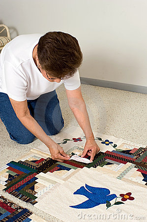 Placing label on quilt