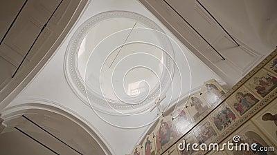Plafond onder de koepel in de Orthodoxe kerk stock footage