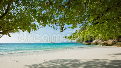Plage sablonneuse vide Bel horizontal tropical