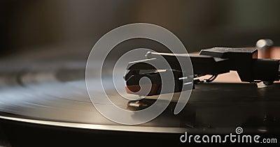 Plan rapproché d'employer un joueur ancien de disque vinyle Joueur de plaque tournante, aiguille de chute de stylet sur jouer de  clips vidéos