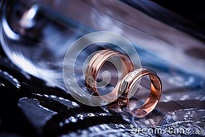 Plan rapproché de boucles de mariage
