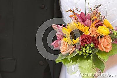 Plan rapproché de mariée et de marié avec le bouquet