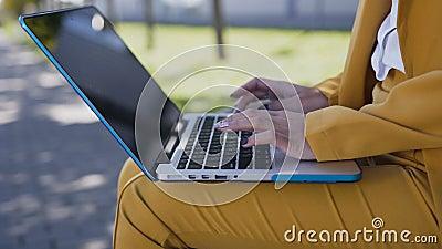 Plan rapproché des mains femelles dactylographiant sur le clavier d'ordinateur outdoors Jeune femme d'affaires dans le costume se banque de vidéos