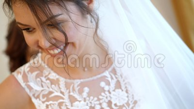 Plan rapproché, honoraires de jeune mariée la jeune mariée est habillée pour le mariage portrait d'une belle, souriante jeune mar clips vidéos