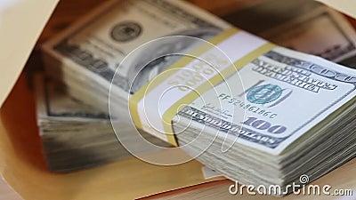 Plano Lento de Pilhas com 100 Títulos de Dólar no Envelope video estoque