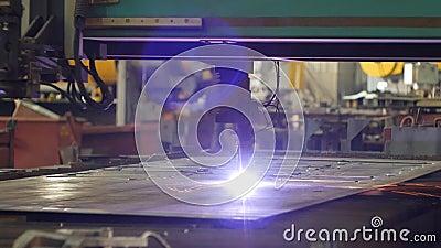 Plasmaknipsel van metaal, het snijden van metaal door laser in productie, close-up, de industrie, elektrode stock videobeelden