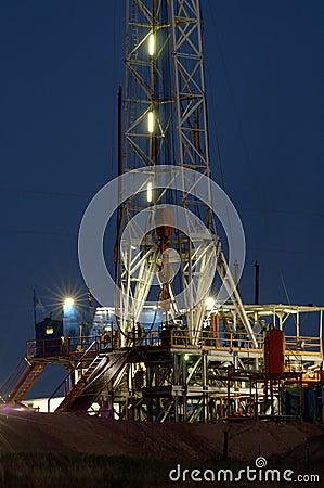 Plataforma de perforación en la noche