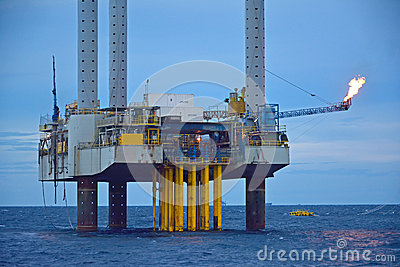 A plataforma petrolífera a pouca distância do mar no amanhecer