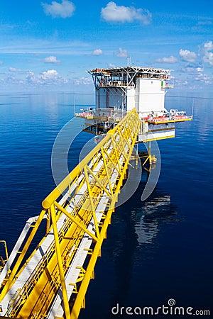 Plataforma a pouca distância do mar