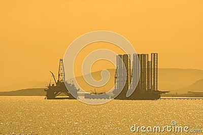 Plate-forme pétrolière pendant le coucher du soleil dans Caspi