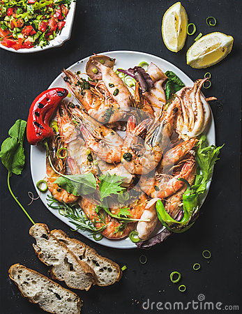 Free Plate Of Roasted Tiger Prawns With Fresh Leek, Lemon, Bread And Salsa Royalty Free Stock Photography - 73707927