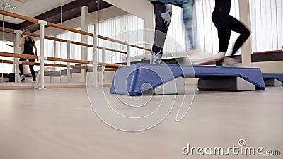 Plates-formes d'?tape pied sur la plate-forme d'étape Classes dans le gymnase a?robic de forme physique banque de vidéos