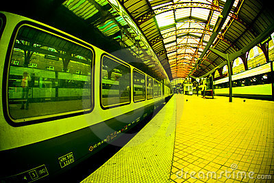 Platformy staci pociąg