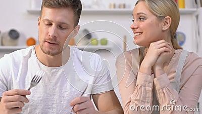Plato insípido de las novias del individuo que intenta discreto, fingiendo que es delicioso almacen de video