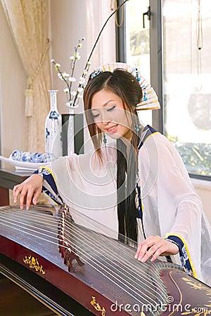 Play guzheng