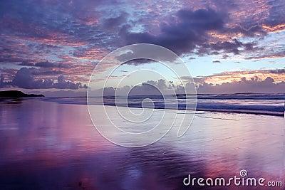Playa de Noosa de la salida del sol @