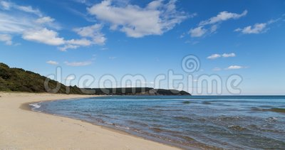 Playa hermosa en la costa búlgara del Mar Negro en verano almacen de video