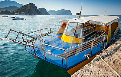 Pleasure boat with glass bottom