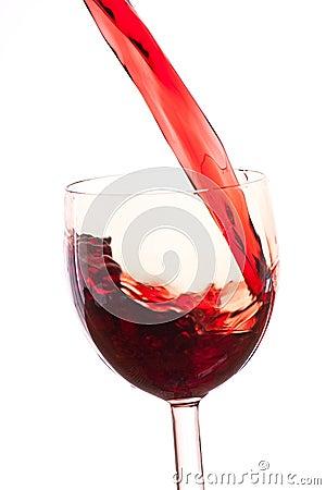 Versez le vin dans le verre sur un fond blanc