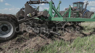 ploga för bondefält Lantbruk för liten skala med traktoren och plogen i fältet som odlar traktoren i fältet Lantgård stock video