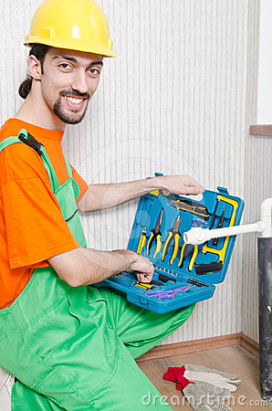 Plombier travaillant dans la salle de bains