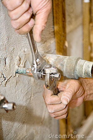 Free Plumber Tightens Valve Royalty Free Stock Images - 6118859