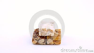 Południowa Europejska nugat słodycze znać jako Turron wirować na białym zwrota stole Close-up odizolowywający na biały tle Loopab zdjęcie wideo