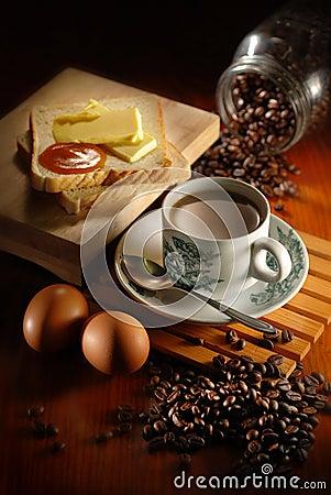 Pão e ovo do café
