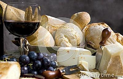 Pão e queijo com um vidro do vinho 3