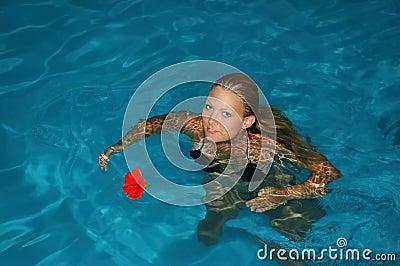 Po południu basenu opływa