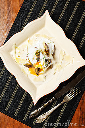 Poached eggs with baked asparagus